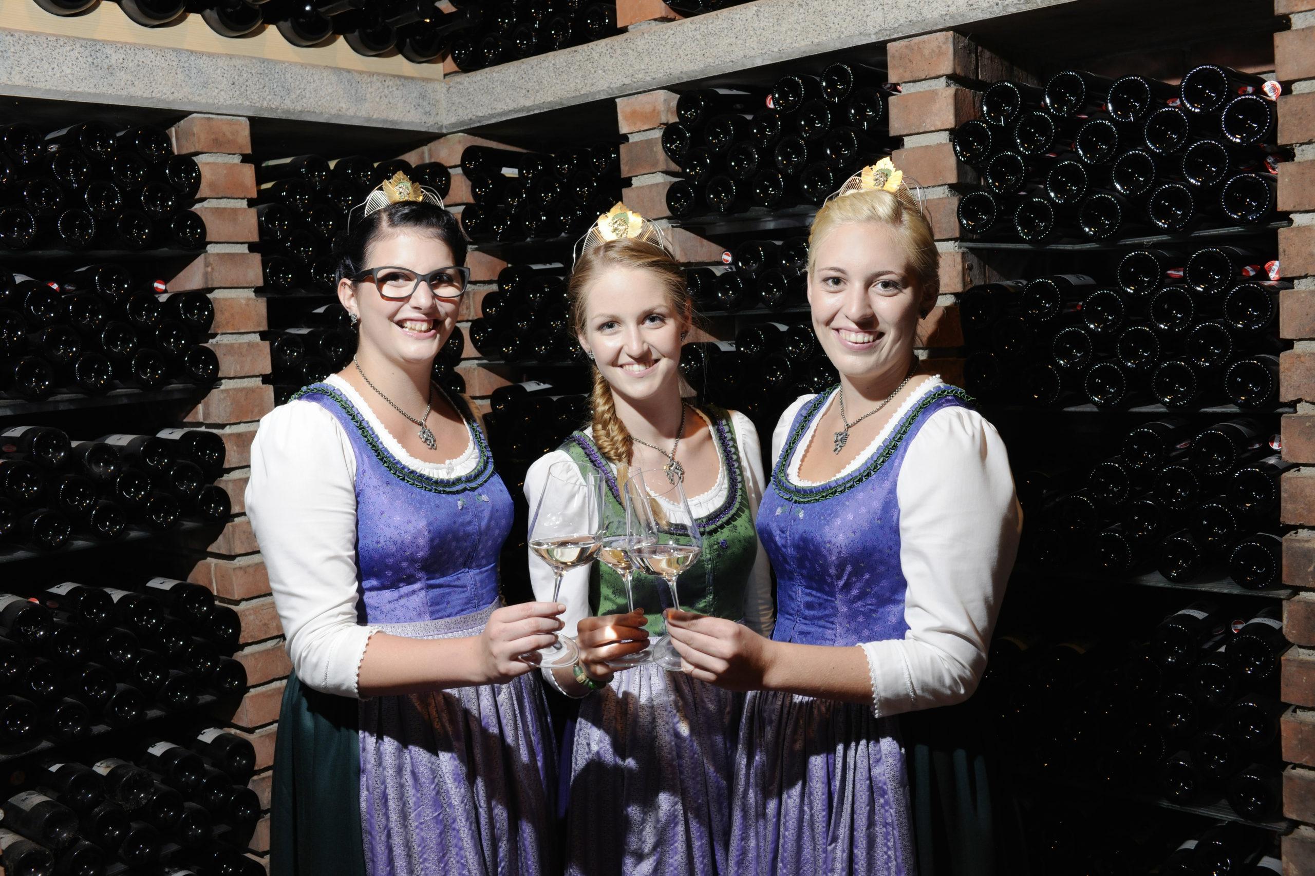 Weinhoheiten 2015-2017 Elisabeth Kohl Weinhof Kohl | Großwilfersdorf Johanna Resch Weingut Resch | Deutschlandsberg Madeleine Legat Weingut Pilch | Ehrenhausen
