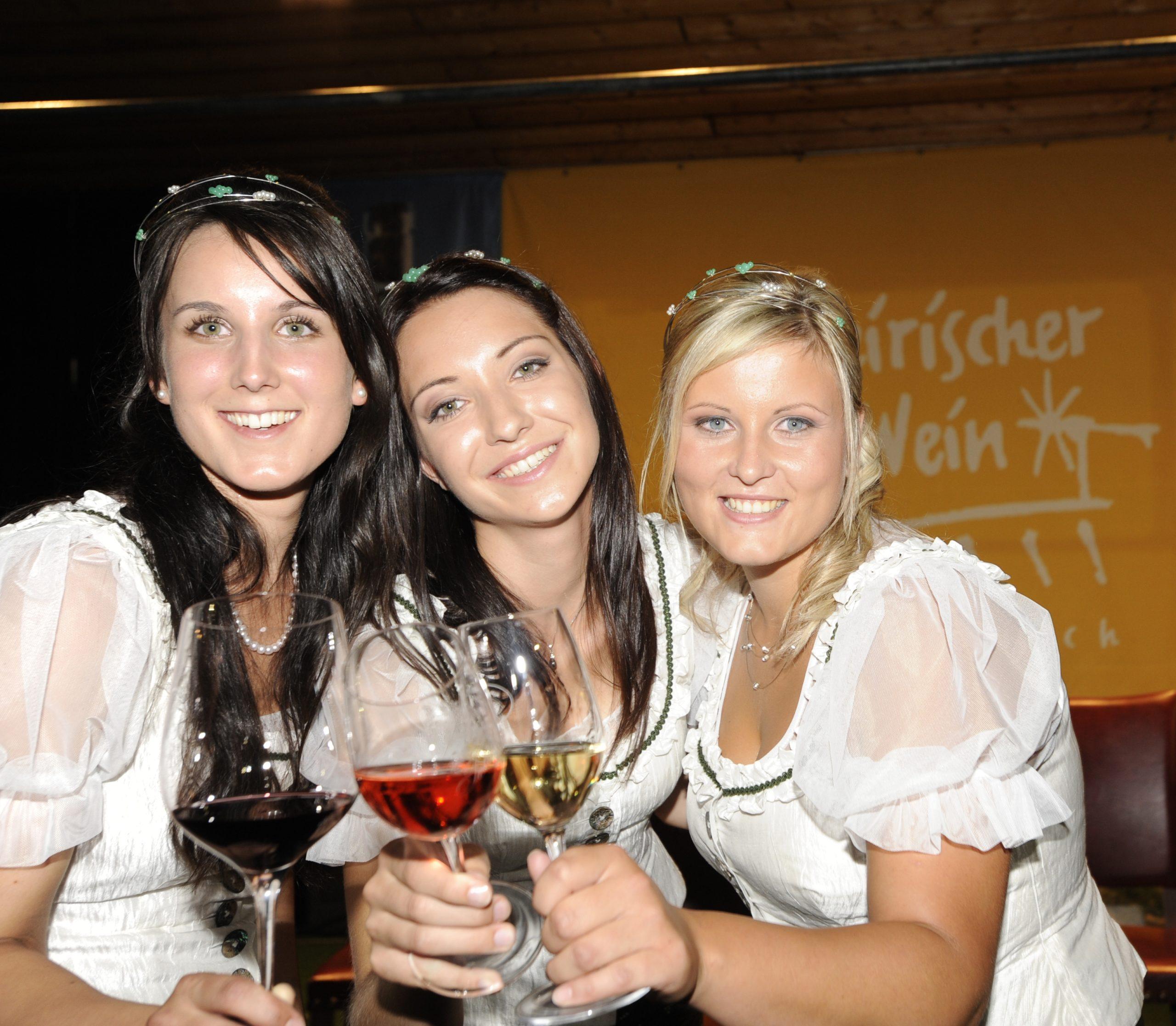 Weinhoheiten 2009-2011 - Katharina Thaller Weinschloss Thaller | Maierhofbergen Helena Schmidt Weinbau Schmidt | St. Ulrich im Greith Verena Klöckl Weinbauernhof Klöckl | Klöch - Wein Steiermark