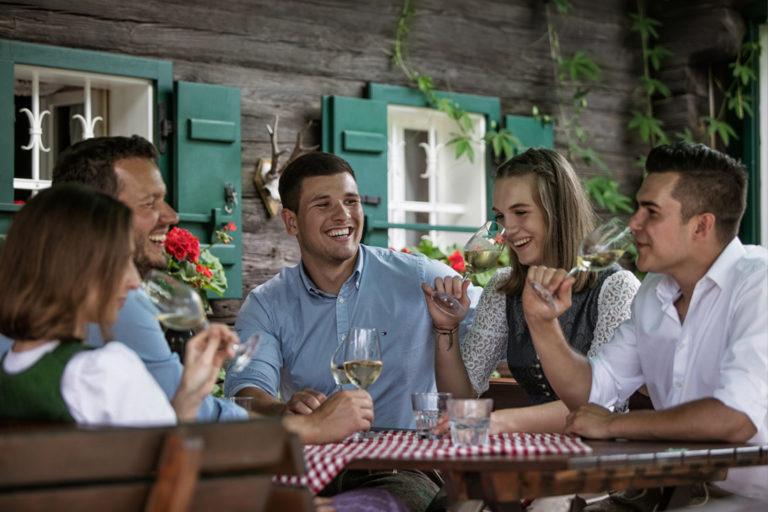 Feiern der Steirischen Weinsaison in einer traditionellen Buschenschank - Wein Steiermark