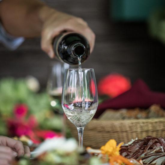 Traditionelle Speisen und steirischer Wein werden in den Buschenschanken der Weinregion Steiermark serviert