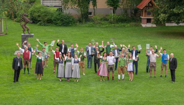 Winzer und Winzerinnen, die um die Trophäe des Landessiegers kämpfen - Prämierungen Wein Steiermark
